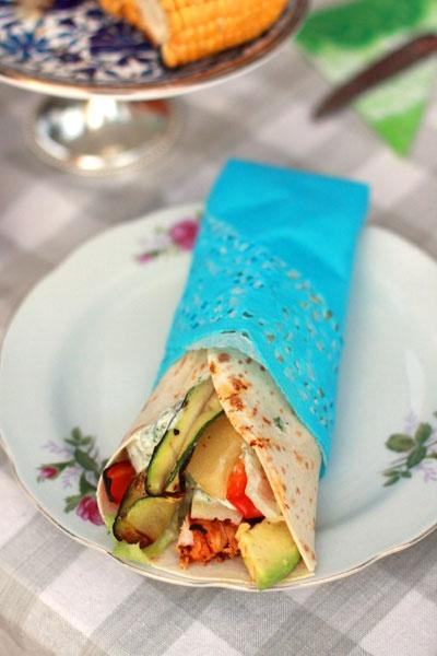 grillad kyckling och paprika, avocado, stekta zucchinistrimlor, sallad och yoghurtsås med rucola.