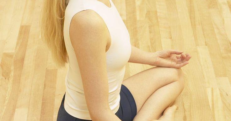 Relajar los músculos faciales de forma natural. Algunos practicantes de cura natural dicen que los músculos faciales estresados pueden ir de la mano con los dolores de cabeza, insomnio y problemas nasales. Puedes intentar algunas técnicas sencillas en casa para relajar los músculos faciales sin tomar medidas drásticas como cirugía plástica o inyección de sustancias tóxicas en tu piel.