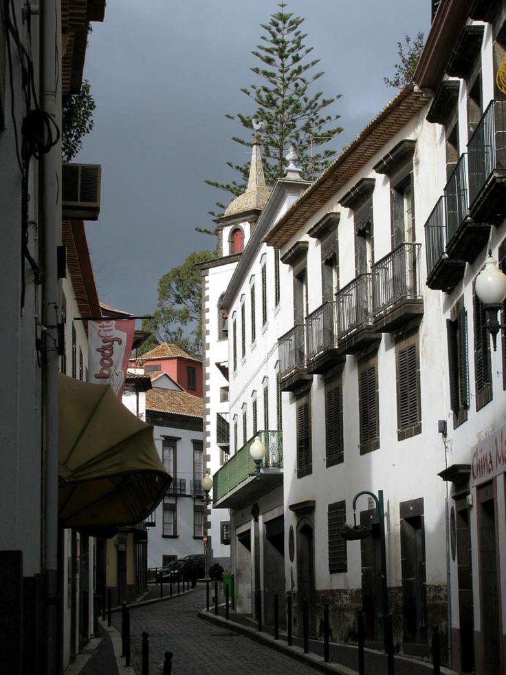 Vende-se antigo solar no centro do Funchal, por recuperar, com 4 pisos, tem vista mar... 2.200.000€ para visitar ligue 963701529, imoveis@netmadeira.com ou www.decisoesvibrantes.com