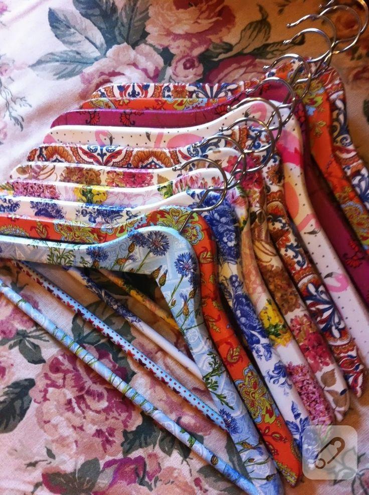 siz de bu örnekten ilhamla evinizdeki elbise askılarınızı peçete dekupaj uygulayarak renkli hale getirebilirsiniz. ilham verici kendin yap örnekleri 10marifet.org'da