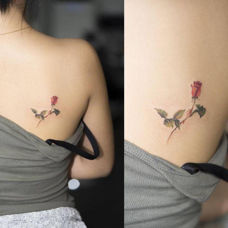 Tatuaje de una rosa de estilo acuarela en el omoplato derecho. Artista tatuador: Sol Tattoo