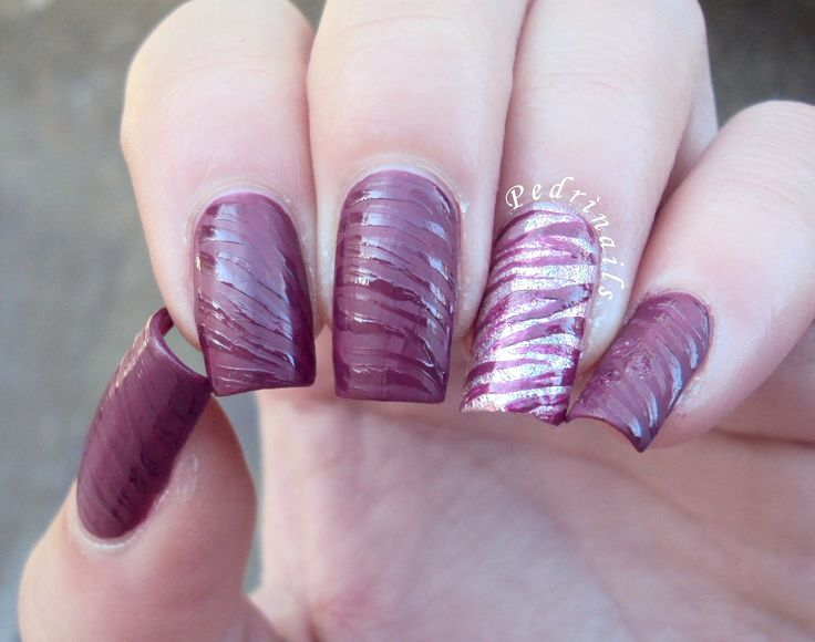 Glossy vs matte textured purple  animalier manicure with glitter accent nail - zebra nails   http://pedrinails.blogspot.it/2015/12/textured-nails-corollario-di-nail-art.html