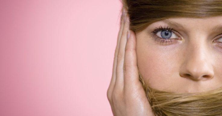 Cómo pasar del cabello castaño al rubio sin matices naranja o rojos. Para aclarar tu cabello de un color castaño a uno rubio, debes levantar el color natural antes de aplicar el nuevo tono rubio. El blanqueador quita el color marrón pero con frecuencia deja tonos rojos o naranjas no deseados. Estos pigmentos no se pueden quitar, pero se los puede neutralizar fácilmente con el matizador adecuado. Según el círculo ...