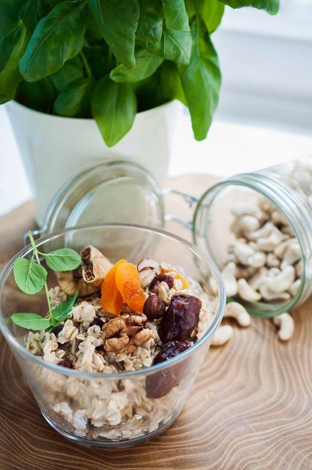 Owsianka z suszonymi owocami i orzechami / Oatmeal with nuts and dried fruits