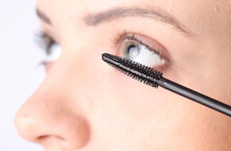 Δείτε τον εύκολο τρόπο για να φτιάξετε μια σπιτική μάσκαρα ματιών με φυσικά υλικά που χαρίζουν μήκος και όγκο στις βλεφαρίδες.