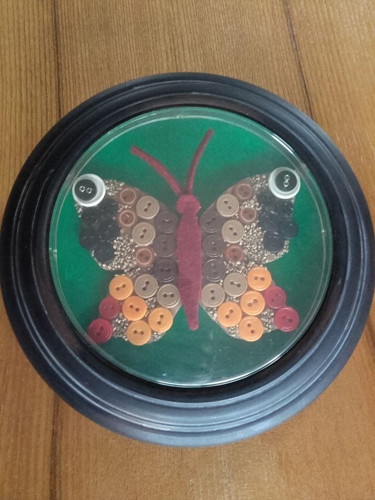 Motýl z knoflíků - obrázek na terasu (z nefunkčního venkovního teploměru)