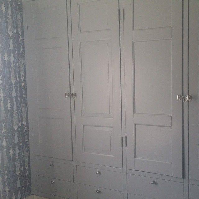 #mulpix Igår satte vi äntligen upp gamla fönstervred på vår platsbyggda garderob så nu är sovrummet helt färdigt! Tog bara ett år att få dit dem. Bättre sent än aldrig! 😉 Garderoben har vi byggt av IKEA-stommar. Lådfronterna är också från IKEA men dörrarna är gamla dörrar som fanns i huset. Älskar återbruk!  #ikea  #garderob  #sovrum  #spegeldörr  #fönstervred  #grått  #grå  #blått  #blåttärflott  #retrotapet  #ecowallpaper  #revival  #älskadigen  #återbruka  #återbruk  #återbrukamera…