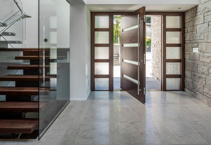 portes et fenêtres - porte d'entrée en bois massif et carrelage sol grisâtre à effet marbre