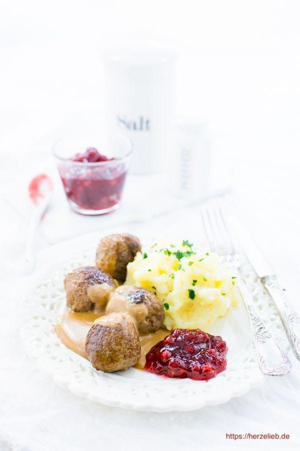 Köttbullar mit brauner Soße sind in Deutschland das bekannteste Gericht aus Schweden. Es darf auf keinem Buffet fehlen! Einfach und leicht zuzubereiten und unglaublich lecker!