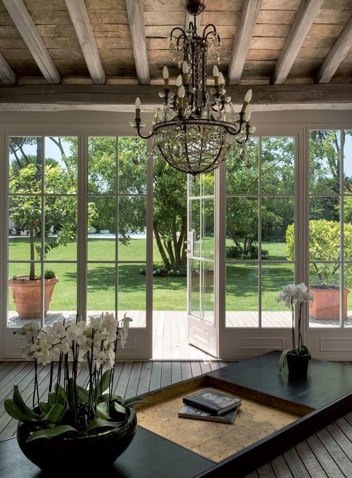 Un casale tranquillo nel verde, tra bianche fioriture è una residenza di famiglia, rinnovata con un attento recupero e interni di moderno design.