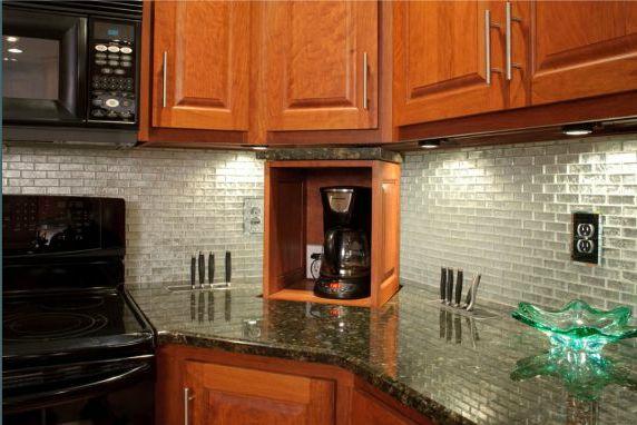 Как можно максимально эффективно использовать угол кухонной столешницы? К примеру спрятать в него кофеварку.