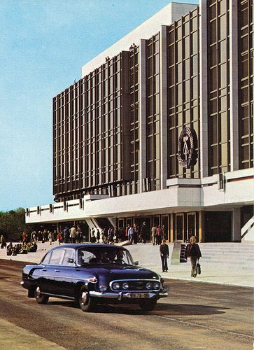 Government building in East Berlin. Boy, is that ever an ugly Communist car !