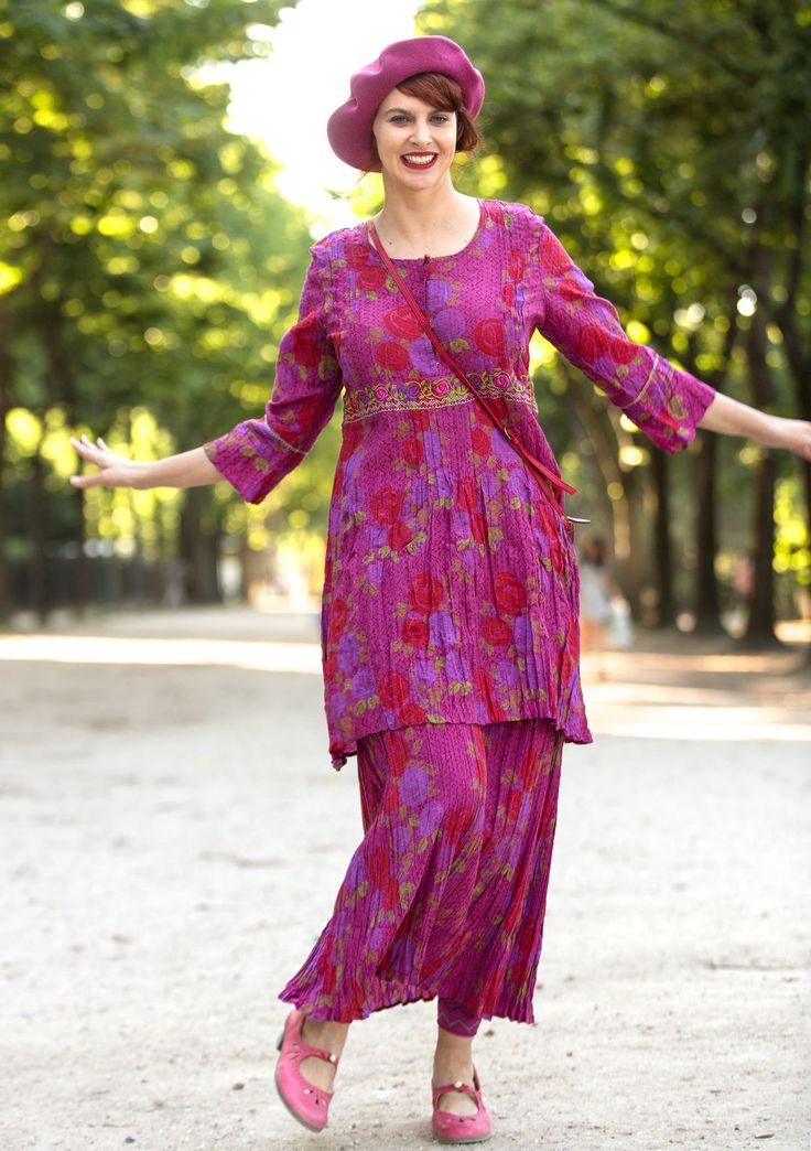 """Bonjour Paris!  – """"Paris"""" tunic in rayon Crinkled tunic in a style with pintucks and embroidered borders. Beautifully printed with roses painted in the Art Deco style, where the brushstrokes still feel close at hand. Hidden hooks in front and a decorative mother-of-pearl button in the neckline. Standard fit. Length: M 35½"""" Item number 61600"""
