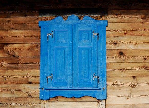 Niebieskie okiennice domu z drewna