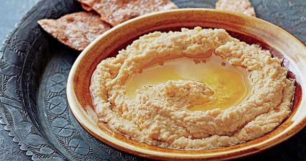 """パンや野菜につけて食べる中東・東ヨーロッパ生まれのひよこ豆のペースト「フムス」。低カロリーなのに栄養価が高く""""ヘルシーでおしゃれな料理""""とし"""