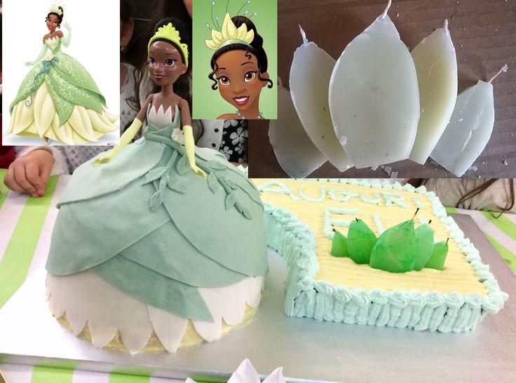 Torta Principessa e Ranocchio con Vestito della Bambola in torta ricoperto di pasta di zucchero, accanto torta con 5 candeline home made ispirate alla corona della Principessa e il Ranocchio