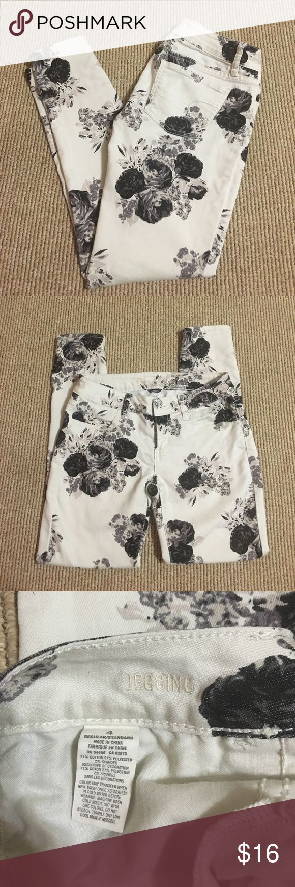 Flower Jeggings Perfect touch of style to a summer outfit. Great condition American Eagle Outfitters Jeans