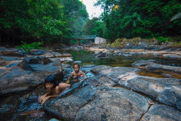 Anak-anak mandi di BisLab, Pattunuang, Maros, Sulawesi Selatan, Indonesia