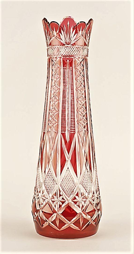 VAL SAINT LAMBERT / Vase en cristal clair taillé doublé grenat.
