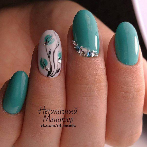 uñas verde menta, acento blanco flores boton