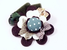 BIXUT- Broche de fieltro, plumas, lazo, terciopelo, y botón forrado de tela.