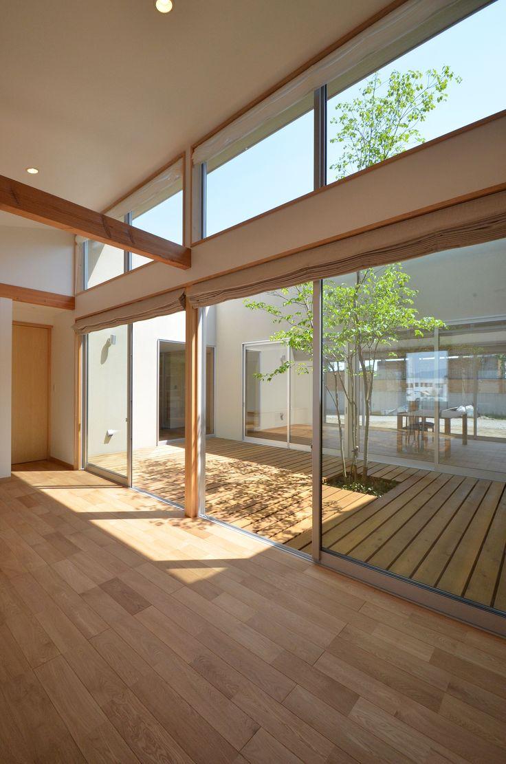 こども室前面に設けた中庭ではこども達がシンボルツリーの廻りを走り回り、リビングとこども室を行ったり来たり回遊性のあるプランは家事も子育ても楽しく快適です。この写真「こども室」はfeve casa の参加建築家「TEKTON|テクトン建築設計事務所/TEKTON|テクトン建築設計事務所」が設計した「大きな中庭のある家」...