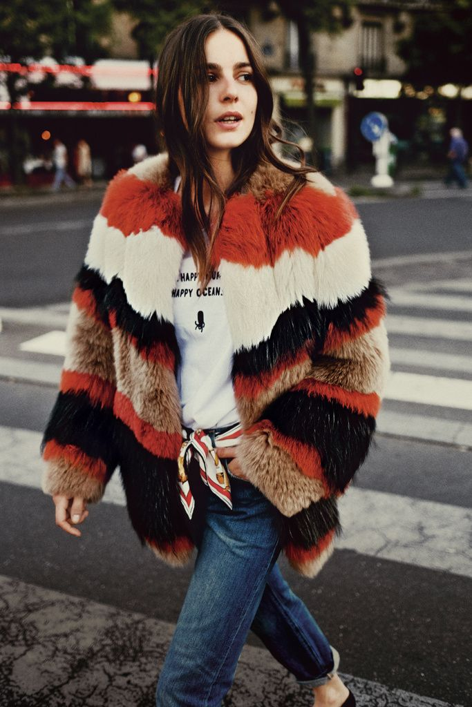 Chaquetón peludo making a statement and turning her casual outfit into a chic look with a striped fur coat
