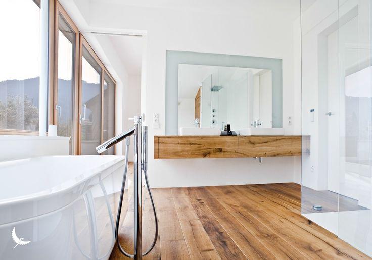 Baño con suelos de madera y mobiliario de madera. Althoz  wood, flooring, deck, interior design. Paumats.