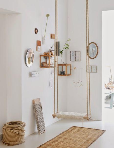 Quem disse que somente de móveis óbvios pode ser feita a decoração do ambiente? Antes de mais nada, é preciso deixar o espaço aconchegante, relax e claro, bem-humorado, por isso nada melhor do que algo que remete a sua infância, como por exemplo o balanço de madeira.