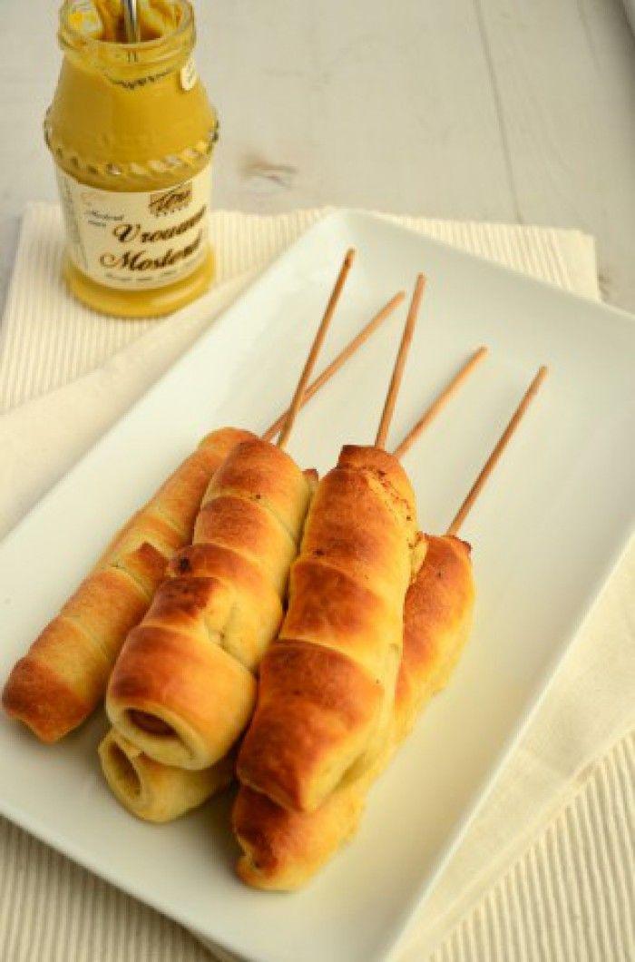 Breadpops Leuke traktatie, worstjes op een stokje gewikkeld in croissantdeeg