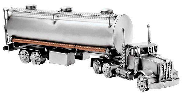 Tanklaster - Modelltruck . Tanklaster aus der Serie der Schraubenmännchen-Objekte Dieses Metallfahrzeug ist eine besondere Geschenkidee für Truckfahrer und