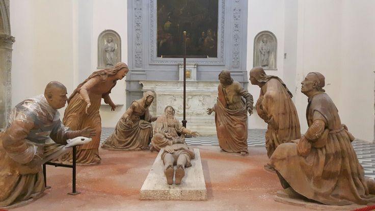 Cappella del Santo Sepolcro in Sant'Anna dei Lombardi a Napoli. Compianto realizzato nel 1492 su invito di Eleonora d'Aragona, sorella di Alfonso II. Probabilmente Alfonso II è  riconoscibile in Giuseppe d'Arimatea