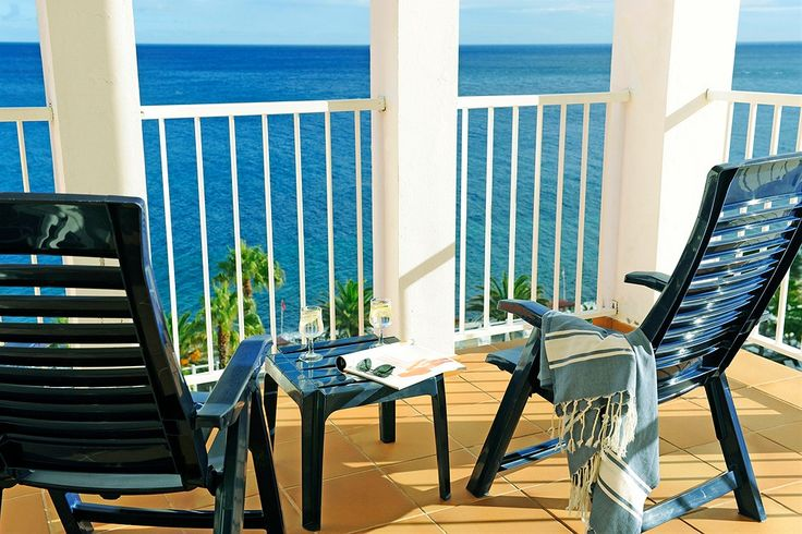 Riu Palace Madeira - Finnmatkat. Madeira on suomalaisille klassinen häämatkakohde. Finnmatkoilta löydät ylellisen Riu Palace Madeira -hotellin. Riu Palace Madeira sijaitsee aivan meren äärellä Canico do Baixon kalastajakylän itäpuolella. Hotellin editse kulkee kylän rantakatu, jonka alapuolella on pikkukiviranta. Asut hotellihuoneessa ja puolihoito sisältyy matkan hintaan. All Inclusive aterioineen ja baaritarjoiluineen on varattavissa lisäpalveluna…