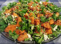 Zoete aardappelsalade met feta en erwten