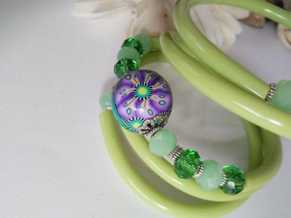 Bracciale estivo e giovanile, realizzato con più giri di caucciù verde acido, ed impreziosito da cristalli verdi e verdi mat, e da una splendida