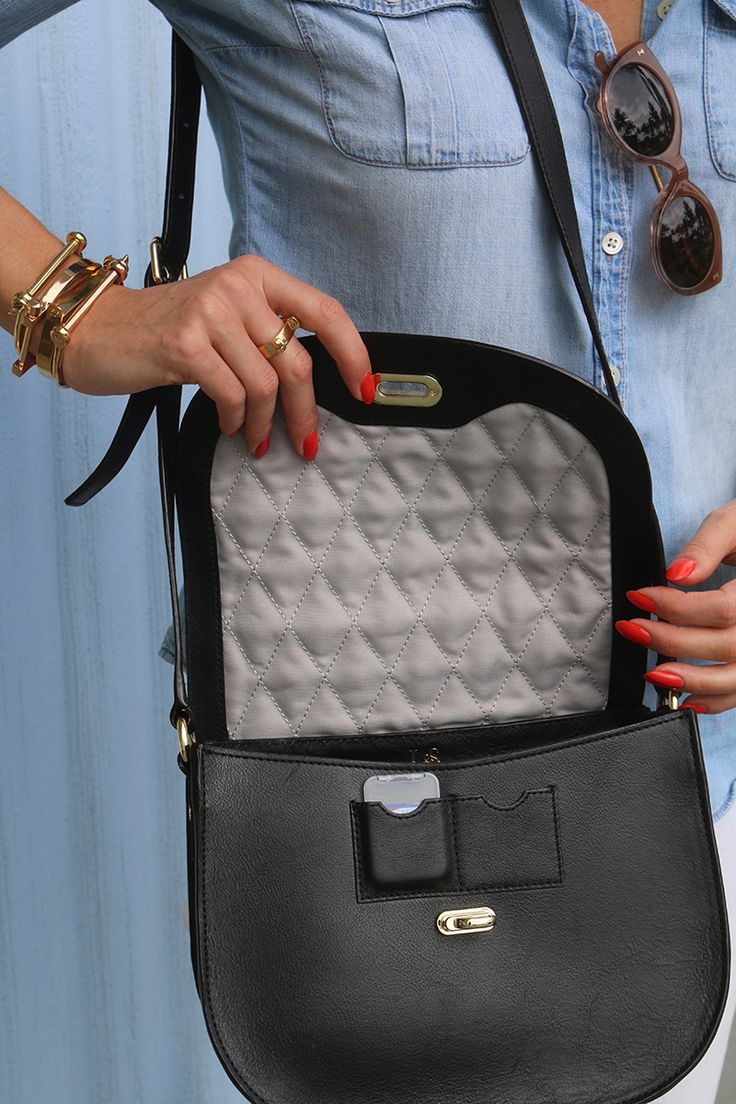 Camera bag for women - this stylish camera bag is so cute and trendy! It's high quality and honestly the best camera bag, especially if you're looking for something more sleek and stylish than a traditional camera bag. Click through for details on this leather camera bag!