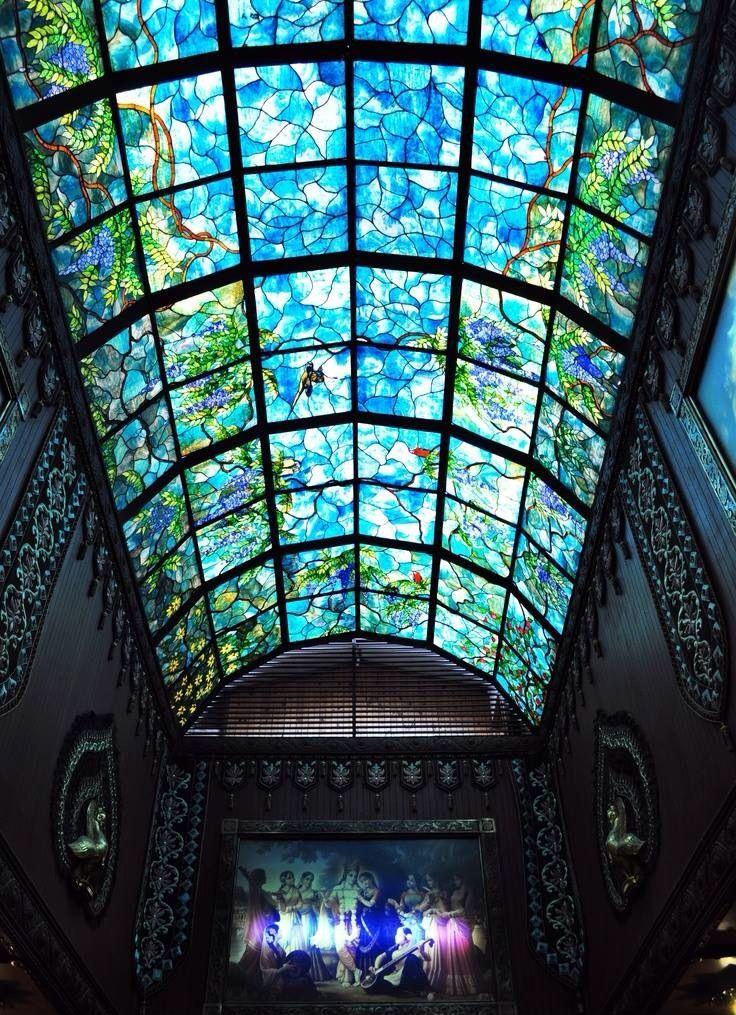 Bóveda de vitral en azul y verde recreando un jardin