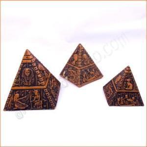 Juego de las tres pirámides de Gizeh: Keops, Kefren y Micerino . Artículo de artesanía egipcia tallado sobre resina sólida y grabado con simbología del Egipto Antiguo. Medidas de la pirámide grande: base 5cm. Altura 5cm