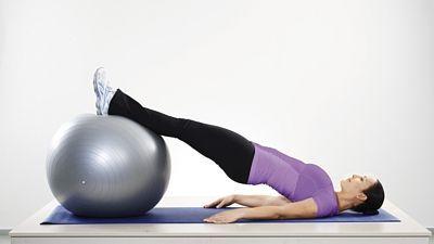*Stehna*   1. Posilování zadní strany stehen: Lehněte si na záda, paty si položte na cvičební míč. Nohy napnuté, zatlačte patami do míče a zvedejte boky co nejvýše. Lopatky a ramena zůstávají na zemi. Pokrčte nohy a patami posuňte míč směrem k tělu. Poté jej vraťte do původní polohy. Opakujte 10krát a postupně přidávejte na 3 sady.