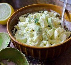 Яичный салат с авокадо яйца, сваренные вкрутую 7-8 шт. майонез 60 гр. лимонный или лаймовый сок 1 ч. л. нарезанная кинза 2 ст. л. свежемолотый черный перец по вкусу дижонская горчица 1/2 ч. л. молотый тмин или паприка 1/2 ч. л. среднее авокадо