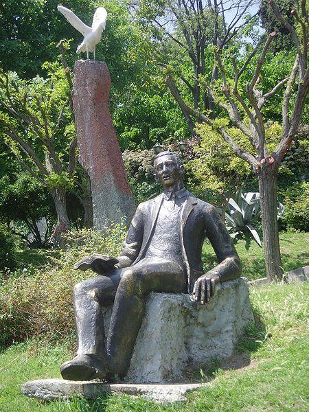 Rumelihisarı sahilinde bulunan Orhan Veli heykeli. Heykelde, elinde kitap tutan şaire bir martı eşlik etmektedir.