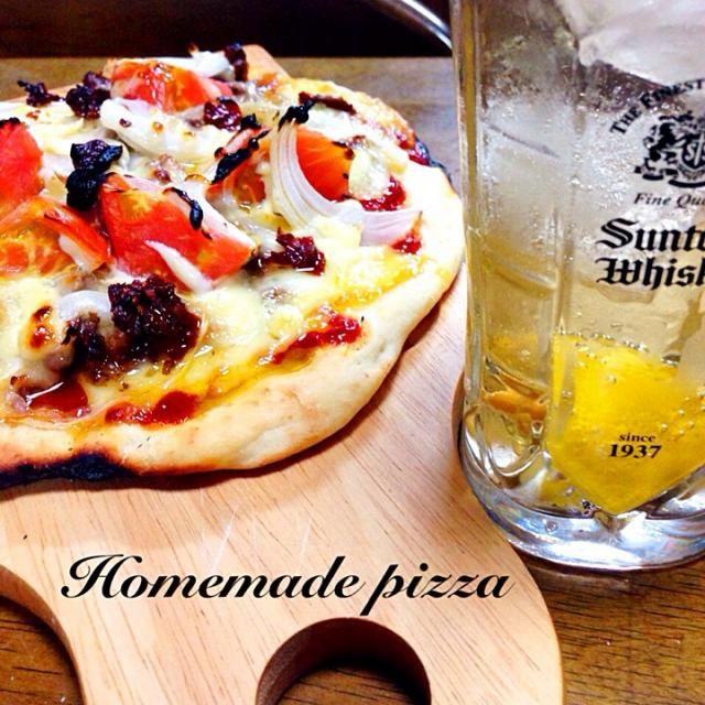 焼肉が余ったのでピザ トマトとドライトマト 玉ねぎもいっぱい 魚焼きグリルのほうがオープンより早く焼けた♡ - 236件のもぐもぐ - 手作りピザとハイボール by toshitsumi191