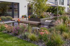Gräser, Stauden, Fackellilie und Verbenen - eine starke Kombination für diesen modernen Garten. Geradliniges Wasserbecken, Holzdeck und große Platten in Schotter  Renate Waas - Gartendesign München