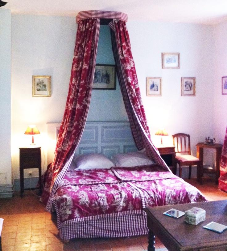 La chambre rouge de l'Orangerie au château de chambiers. Elle se compose d'un lit 2 places et d'un lit 1 place ainsi qu'une salle de bain partagée.  http://www.chateauchambiers.com/gite/cottage-gite-orangerie-tours-le-mans/