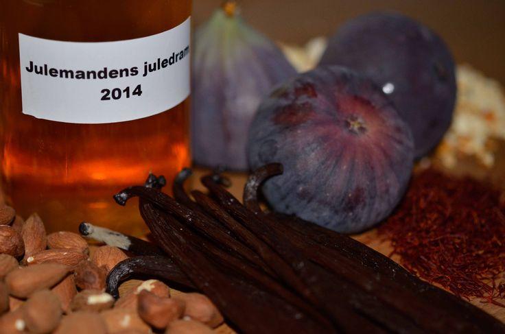 """Orker du ikke at plukke tingene selv, så har vi et bredt udvalg af færdige krydderiblandinger, som blot skal tilsættes vodka. Har du fx prøvet vores krydderiblanding """"Julemandens juledram""""? Den består af mandler, vanilje, appelsinskal, safran m.m., og smager himmelsk. Du skal blot tilsætte krydderiblandingen vodka og 3 friske figner. Åh – for resten, så…"""