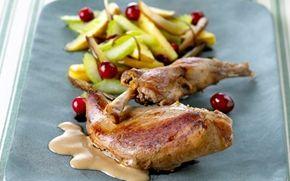 Fasan med dadler og portvinsauce Fasan har en dejlig smag af vildt. Her er den smukt anrettet med lynstegt frugt og en lys sauce.