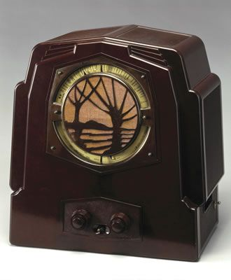The thermosetting plastic Bakelite was ideally suited to mass-production techniques, and Ekco (E. K. Cole Ltd.) pioneered its use for radio cabinets in Britain. This is the Ekco SH25 broadcast receiver of 1932. Very stylish speaker grill!