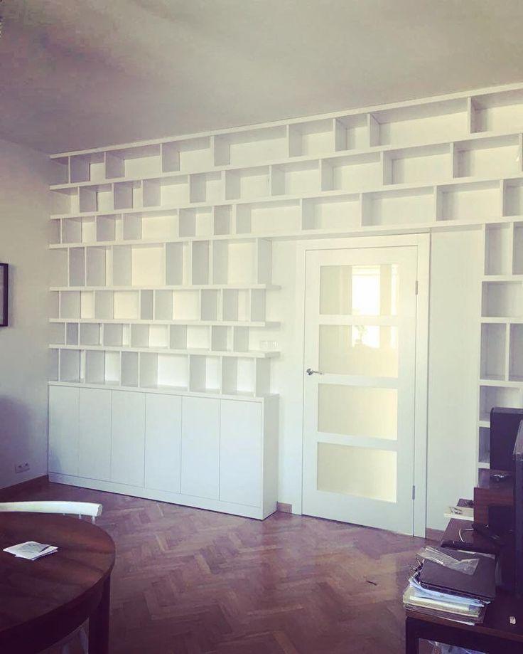 Pierwszy raz mieliśmy okazję zrobić zabudowę nad drzwiami. Podoba nam się efekt końcowy czekamy na więcej takich zamówień. Z okazji dnia przyjaciela życzymy Wam miłego dnia spędzonego z najbliższymi. #regał #bookshelf #zabudowa #nawymiar #decor #design #książki #książka #books #czytaj #czytambolubie #warsaw #warszawa #dom #home #nowemieszkanie #mieszkanie #meble #furniture #biel #white #shelf