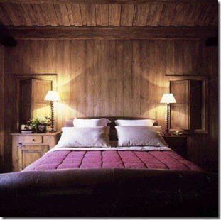 """Em sentido vertical, o painel de madeira dá um ar de """"cottage"""" ao quarto."""