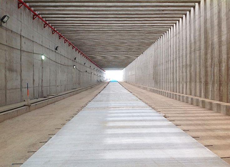 La buena pro fue otorgada al Consorcio Túnel Callao, integrado por las empresas constructoras Andrade Gutiérrez S.A. Sucursal Perú,  Queiroz Galvao S.A.  Sucursal Perú e Ingenieros Civiles y Contratistas Generales ( ICCGSA). En cuanto a la supervisión se otorgó la buena pro al Consorcio Viaducto Gambeta, conformado por Cesel S.A. y R&Q Ingeniería S.A. Sucursal Perú. La construcción empezó en 29 de noviembre de 2014 y se estima que será terminado en Marzo del 2017.